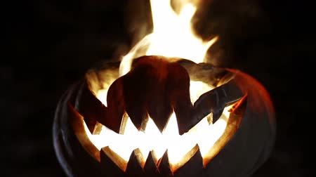 calabaza : Sonriendo ardiente calabaza en halloween. Serpenteado Archivo de Video