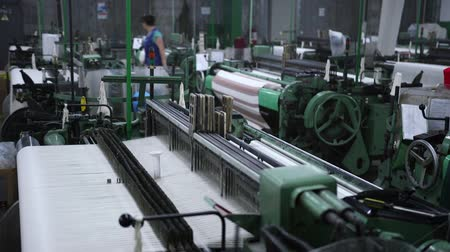 Fabric manufacturing on weaving machines. Vídeos