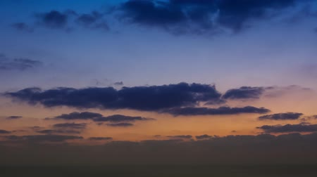 lapso de tempo : timelapse movie of clouds at sunset above the sea