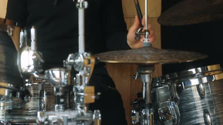 vurmalı : Front view of the bandman playing on drums and drum-type plates Stok Video