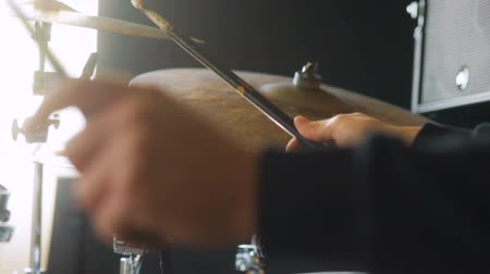 isabet : Dynamic camera moving closeup of repetition of drummer, drums and drum-type plates in studio Stok Video