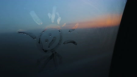 odaklanma : Children's drawing on the glass of moving car, focusing and unfocusing, travel family sunset blue sky children bot girl Stok Video