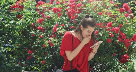 fiatalos : Youthful pretty girl celebrating happy news from her phablet smartphone