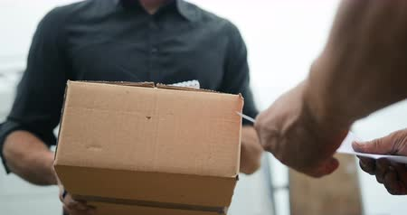 listonosz : Delivery man delivering package to customer, close up at and and box Wideo