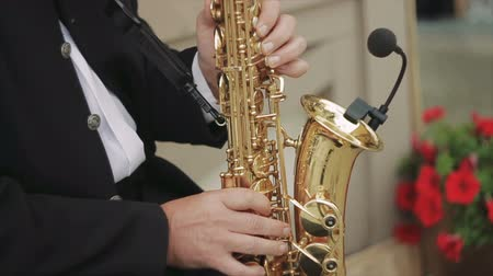 danse jazz : Side Shot de Male Playing Saxophone dans la rue