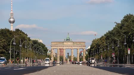 berlino : la lunga strada larga al monumento Berlin Brandenburger Tor su un luminoso giorno d'estate con il traffico