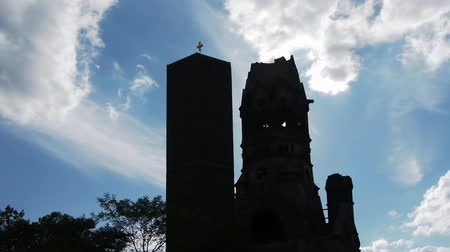 ruiny : The Kaiser Wilhelm Memorial Church in Berlin is shown, clouds move fast, time lapse, nice blue sky