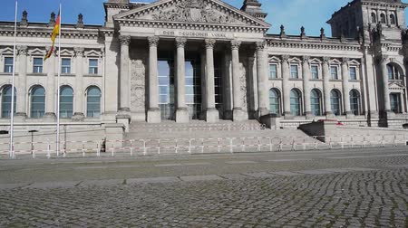 парламент : the german parliament building reichstag without people but with an exclusion zone - terror warning