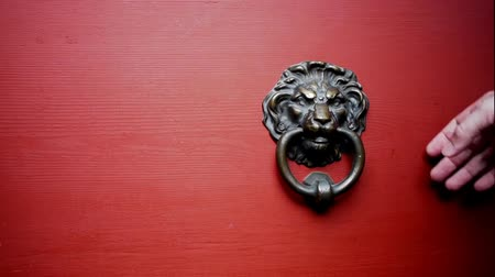 drzwi : a door knocker is used to knock on a door three times