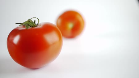pomačkání : focus moves slowly from a fresh tomato to an old tomato with wrinkles Dostupné videozáznamy