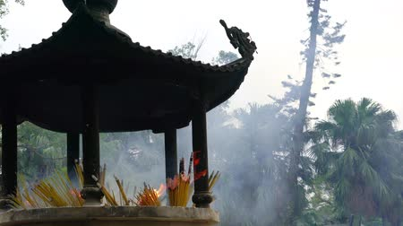 incenso : Pavilion w smoke from lot of incense sticks, shrine in china