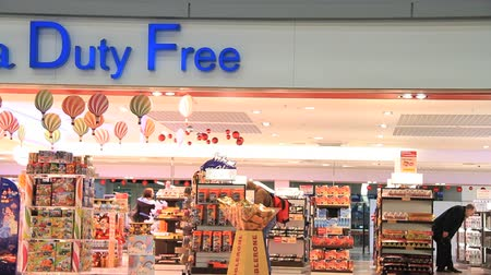 evasion : Duty free shop at the airport Stock Footage