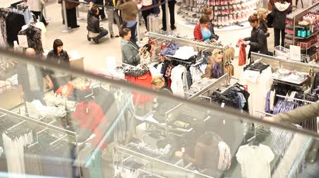 lojas : Customers look at clothes at clothes store