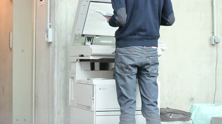 fotokopi makinesi : Man uses copy machine