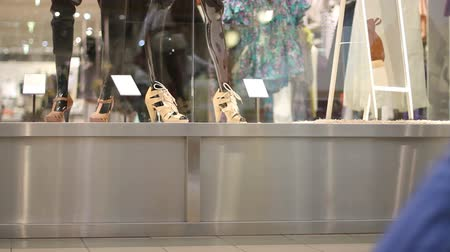 покупка товаров : Womens shoes on store display Стоковые видеозаписи