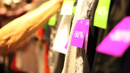 roupas : Sale labels on clothes Stock Footage