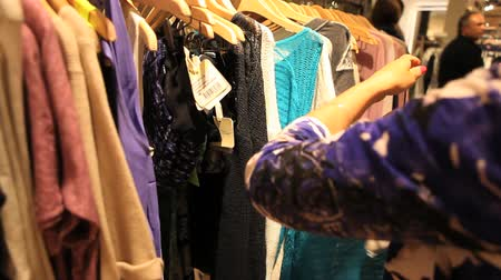 roupas : Picking clothes in store