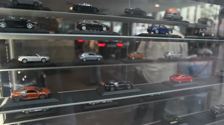 automobilový průmysl : Car models at car dealership