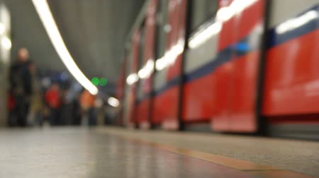 público : Train arrives at subway station