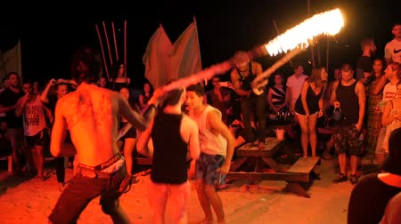 skákání : PHANGAN, THAILAND - 31TH March, 2018: Haadrin fullmoon beach party. Young teens have fun on the tropical island. Boys ang girls enjoy fire rope jumping competition. Students have vacation in paradise.