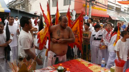 божество : SAMUI, THAILAND - FEBRUARY 24, 2018: Thai Chinese worshipers and devotees take part in Chinese new year festival procession with elements of self-harming,religious rituals, mediums, oracles, priests.