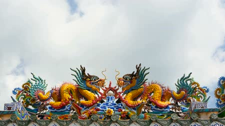 draak : Religious colorful sculpture of Dragon. Shrine in chinese traditional style decorated with ornaments. Art architecture, buddhist artwork spectacular temple in Thailand. A holy animal in east culture.