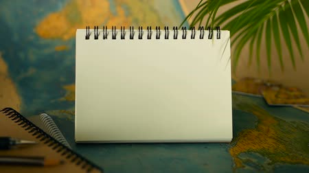 poznámkový blok : Time to travel concept. Tropical vacation theme with world map and notebook. Preparing for holliday, journey. Trip items with copy space. North America on the world map. Tourism background. Dostupné videozáznamy