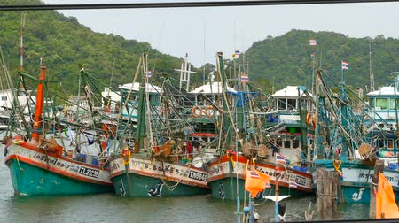 pílula : KHANOM, THAILAND - SEPTEMBER 21, 2018. Rusty boats at coast. Old rusty ships parked at port in Fisherman city. Fishing Squid industry. Traditional Asia. Concept of destruction of marine resources.