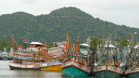 enferrujado : KHANOM, THAILAND - SEPTEMBER 21, 2018. Rusty boats at coast. Old rusty ships parked at port in Fisherman city. Fishing Squid industry. Traditional Asia. Concept of destruction of marine resources.
