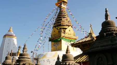 Тибет : Prayer flags flying in the wind, Swayambhunath Stupa, Monkey temple, Holy Pagoda, symbol of Nepal and Kathmandu, Buddhas Eyes.  tibetan buddhism, ancient religious architecture Стоковые видеозаписи