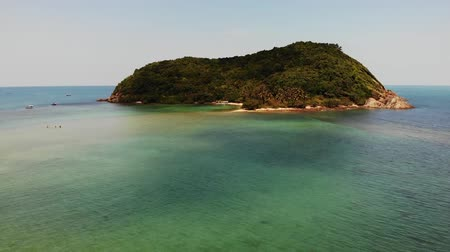 Aerial drone view small Koh Ma island, Ko Phangan Thailand. Exotic coast panoramic landscape, Mae Haad beach, summer day. Sandy path between corals. Vivid seascape, mountain coconut palms from above Vídeos