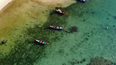 maravilha : Fishing boats near reef. Beautiful aerial view of fishing boats floating on blue sea water near majestic coral reef. Natural exotic paradise background. Koh Phangan Samui, Thailand