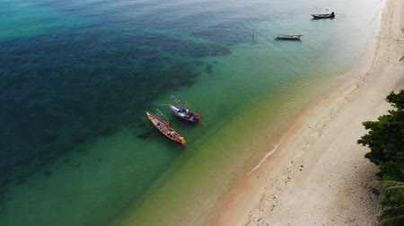 idílico : Fishing boats near reef. Beautiful aerial view of fishing boats floating on blue sea water near majestic coral reef. Natural exotic paradise background. Koh Phangan Samui, Thailand