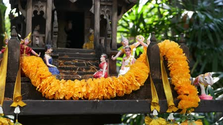 offrande : Wooden miniature guardian spirit house. Small buddhist temple shrine, colorful flower garlands. San phra phum erected to bring fortune. Traditional respect animistic rituals, pray ceremonies. Vidéos Libres De Droits