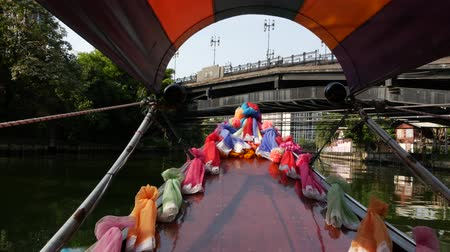 гондола : Tourist trip on Asian canal. View of calm channel and residential houses from decorated traditional Thai boat during tourist trip in Bangkok