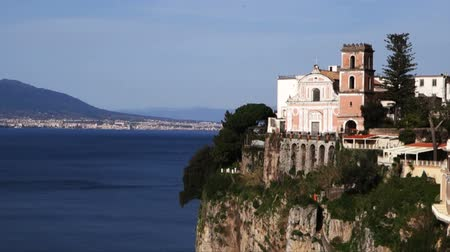 neapol : Overview of the Bay of Naples with Vesuvius in the background and zoom of a typical church in the Sorrento Coast Wideo