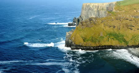 İrlanda : Cliffs of Moher in County Clare, Ireland Stok Video