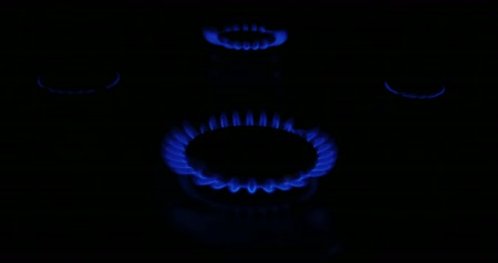 fogão : Natural gas inflammation in stove burner 4 flames 4k