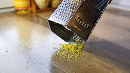 limon : Lemon zest being grated