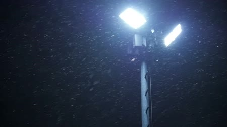 sokak lâmbası direği : Night Winter Street Lamp With Falling Snow. Stok Video