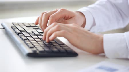 ilaçlar : closeup of male doctor hands typing on keyboard Stok Video