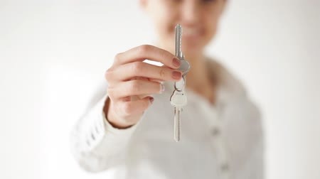 ключ : closeup of happy woman showing the house keys Стоковые видеозаписи