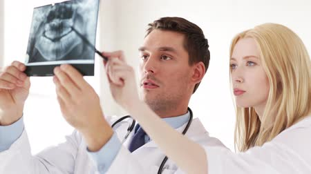 рентгенологическое : closeup of two doctors with x-ray prints