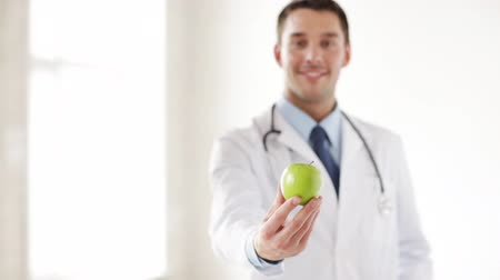 medicação : professional doctor with green apple in hands