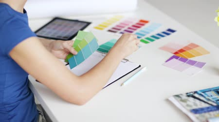 образец : woman working with color samples for selection Стоковые видеозаписи