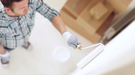 ručně malovaná : footage of man painting with white paint