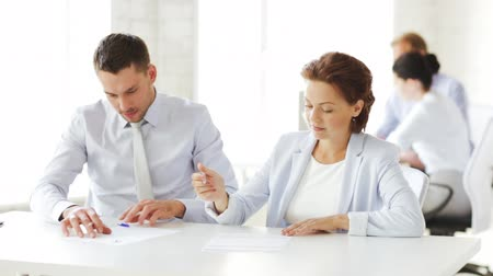 assinatura : business and office - man and woman signing a contract