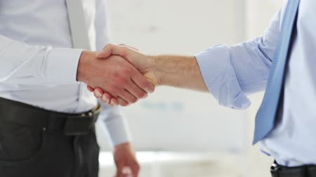 tratar : business handshake - two businessmen shaking their hands