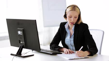 clientes : footage of attractive helpline operator in office Vídeos