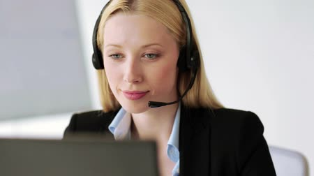 bate papo : footage of attractive helpline operator in office Stock Footage
